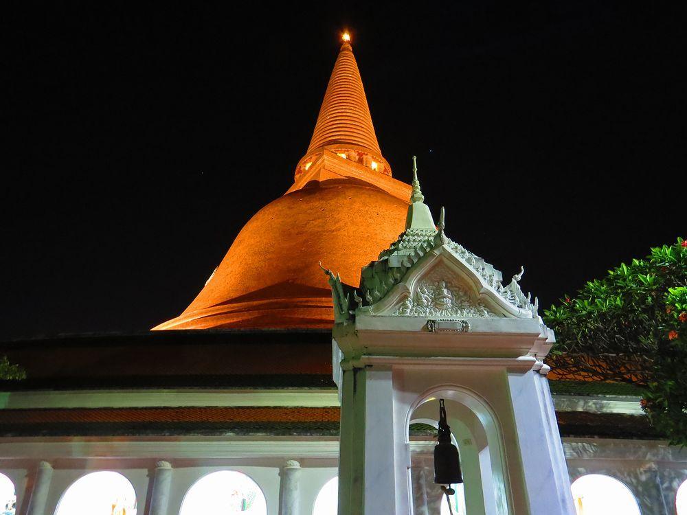 タイ観光は世界一の仏塔へ!プラ・パトム・チェディの昼と夜