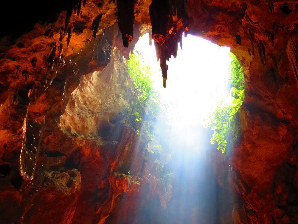 洞窟の奥にある急な階段