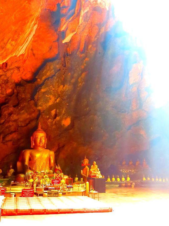 光を浴びる仏像