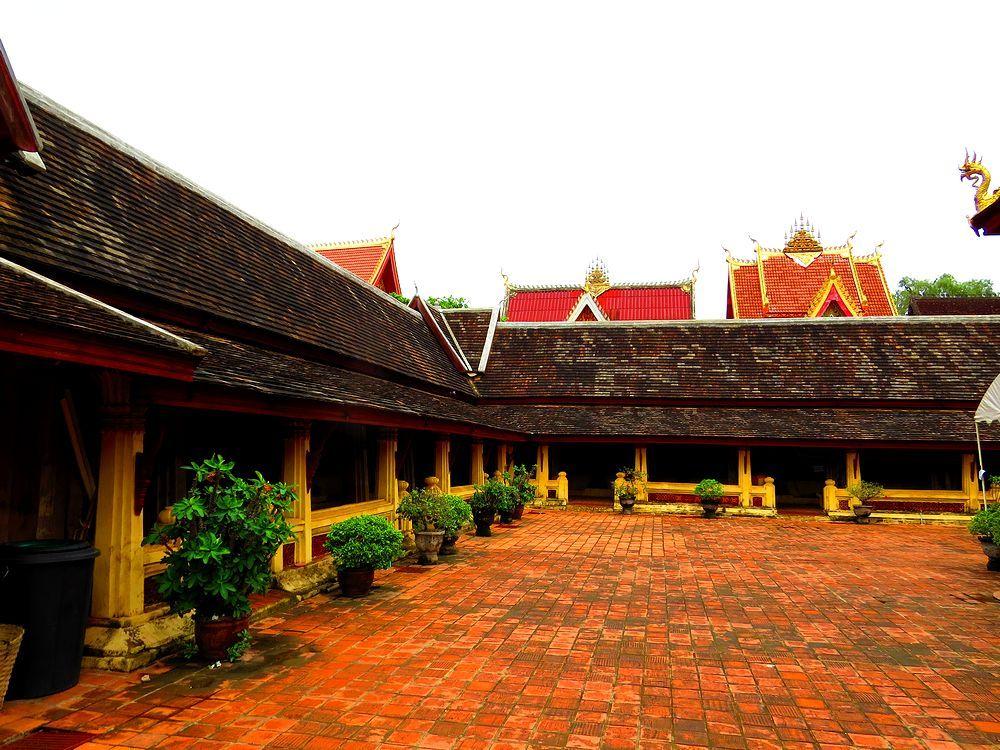 屋根が黒塗りの見事な回廊