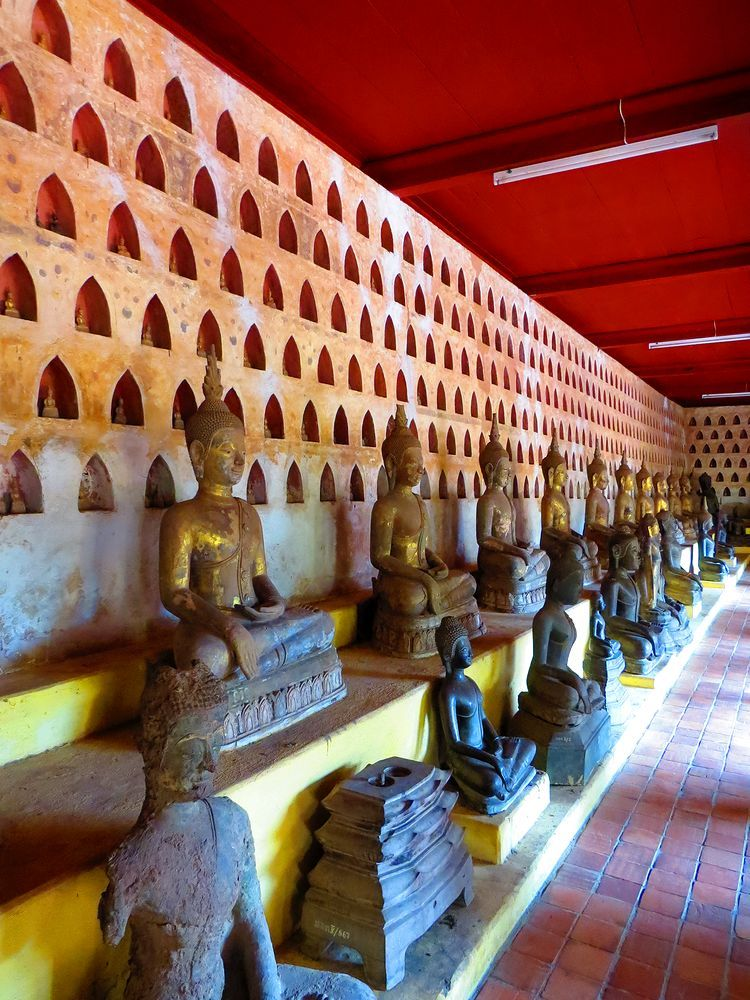 多くの仏像