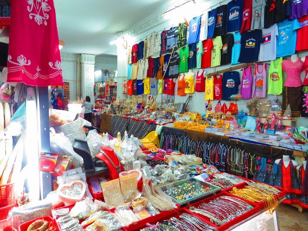 階段の途中でたくさんの土産物店