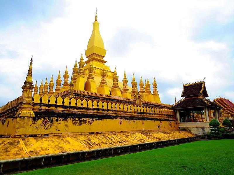 ラオスの国章にも描かれる美しき仏塔「タート・ルアン」観光