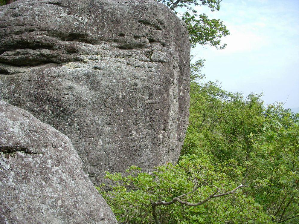 組み上げられたように見える巨石!?