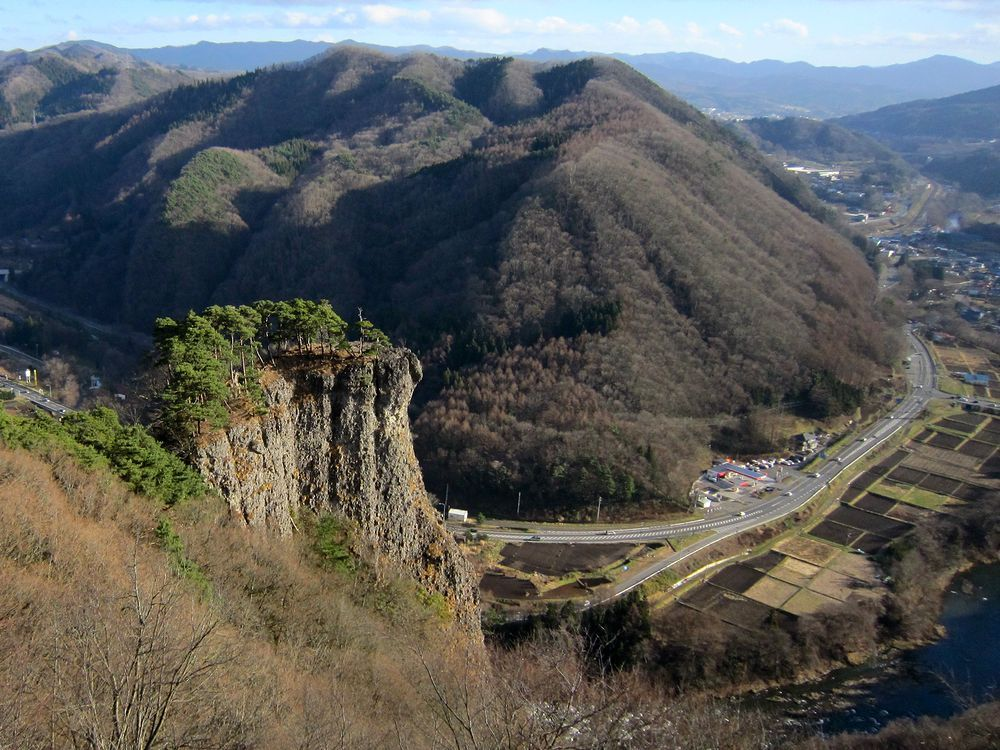 二戸市の男神岩で高さ180mの岩の上!スリル満点の怖い観光 ...