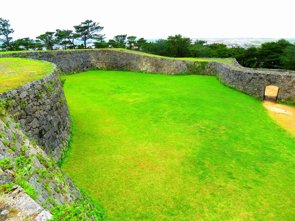 琉球最古の門を持つ沖縄「座喜味城」は、城壁の美しい曲線が見どころ
