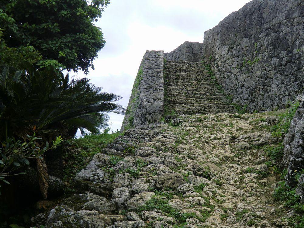 一の郭までの階段は狭い