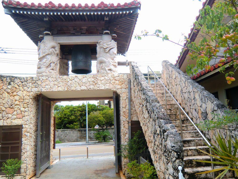 琉球石灰岩で作られた鐘楼