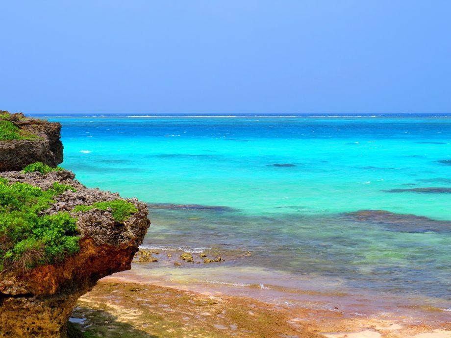 宮古市観光 池間島の池間大橋と青い海の絶景ポイント