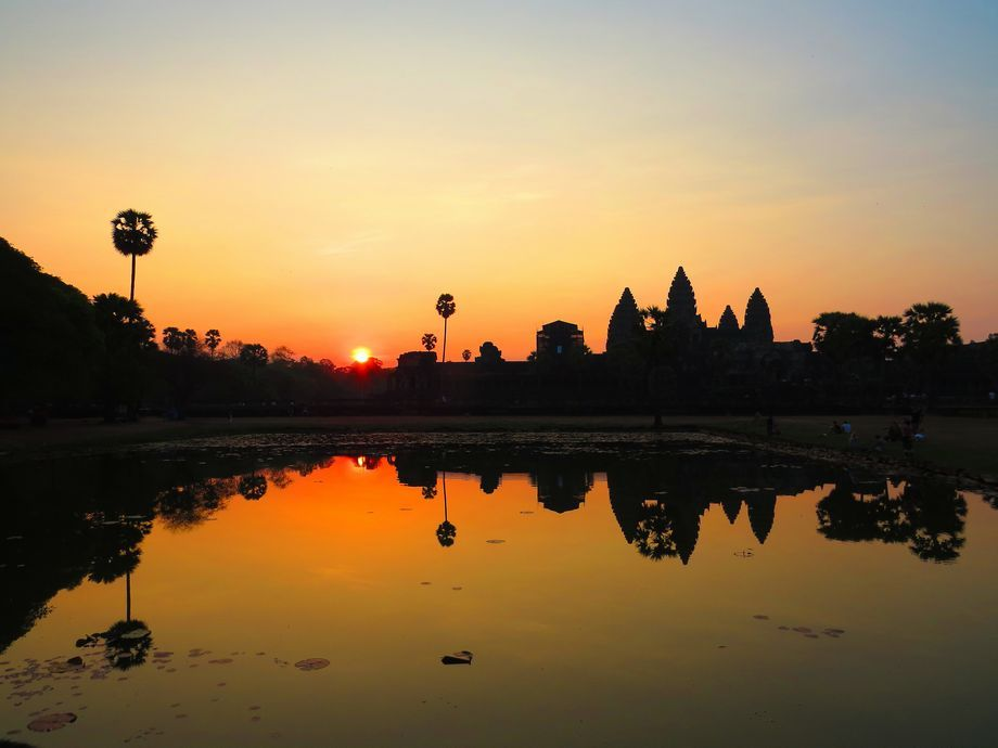 カンボジアの世界遺産アンコール・ワット観光で必見の朝日