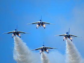 青森県三沢市の航空祭で迫力のブルーインパルス曲芸飛行