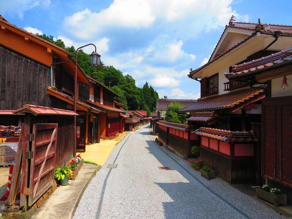 こんな町並みが岡山県に!全てが赤褐色「吹屋ふるさと村」
