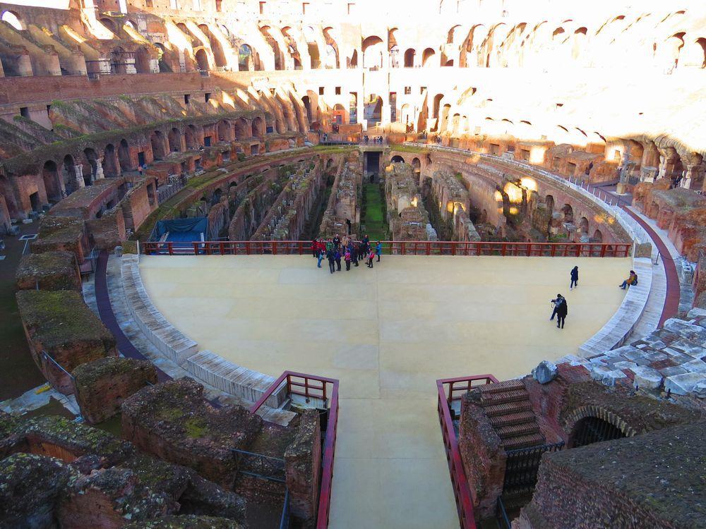 競技場の様子を再現した舞台