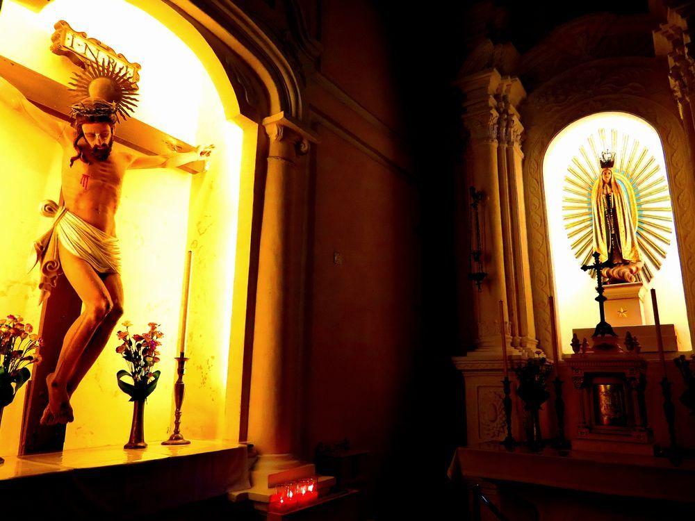 左側にはイエスキリスト像