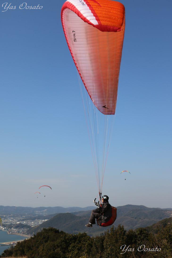 山頂付近ではパラグライダーが飛んで行く