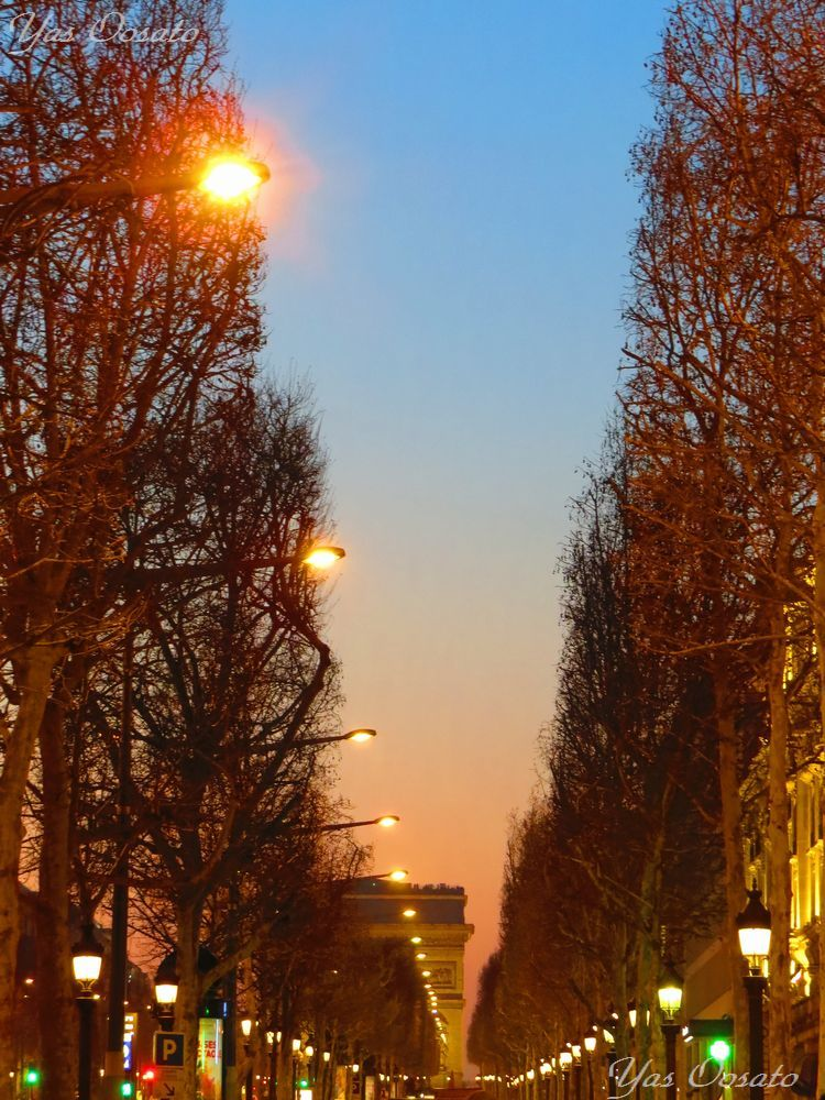 シャンゼリゼ通りから見るエトワール凱旋門