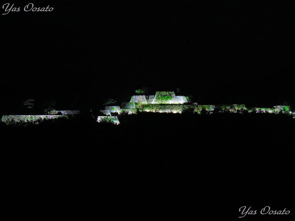 暗がりに浮かぶ白き竹田城跡