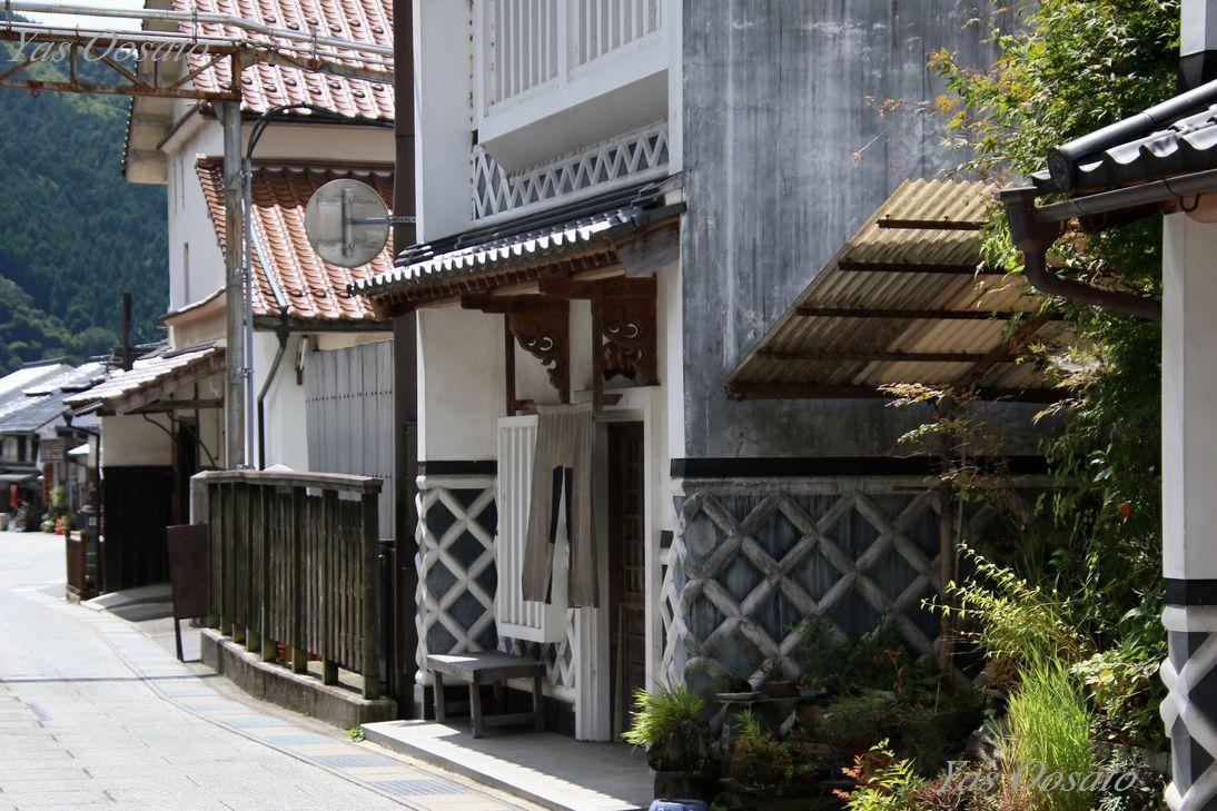 旧出雲街道沿いの美しき白壁と蔵のある風景
