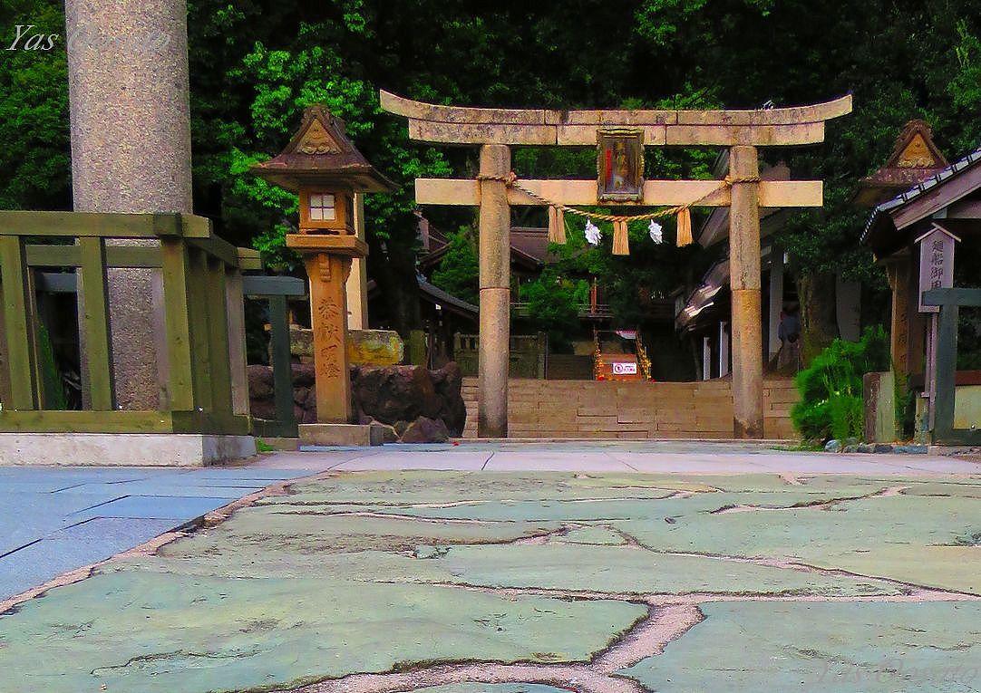 見事な鳥居前の青色石畳