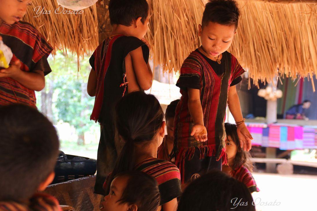 かわいい村の子供たち