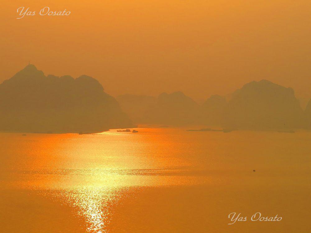 朝日のハロン湾入り口は黄金色