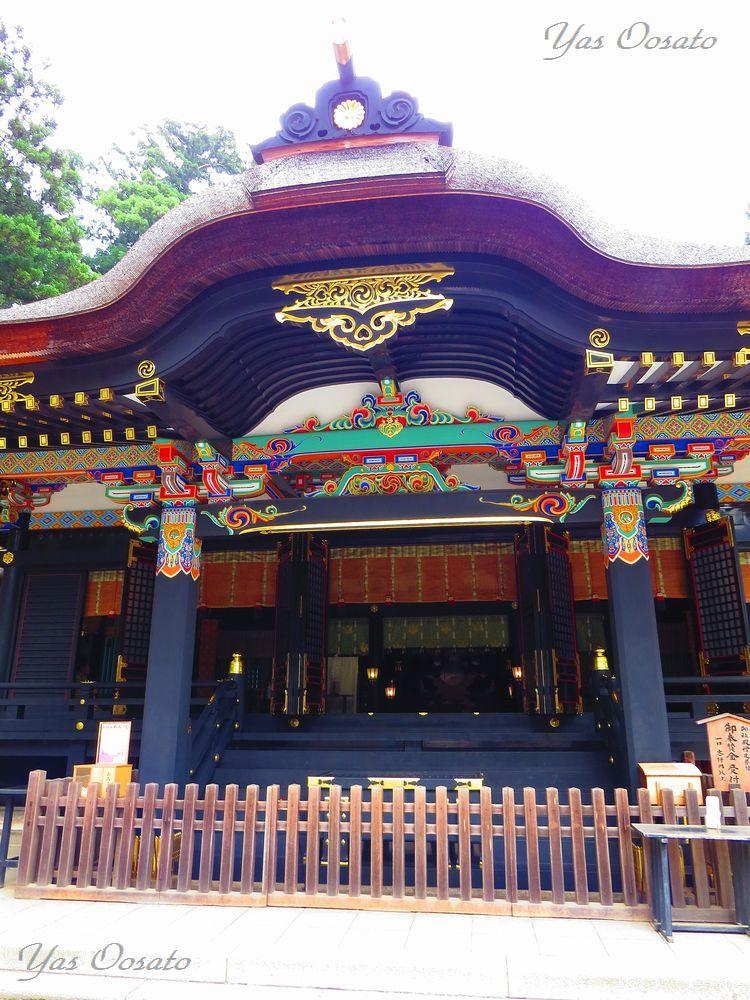荘厳な黒の拝殿、本殿