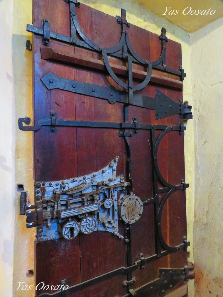礼拝室にある開閉式の祭壇と中世の鍵