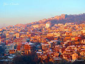 ブルガリア「ヴェリコ・タルノヴォ」の朝と夜景の美しさ