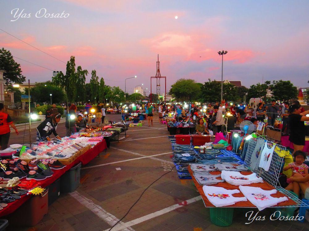 夕暮れからは再び市立公園でナイトマーケット
