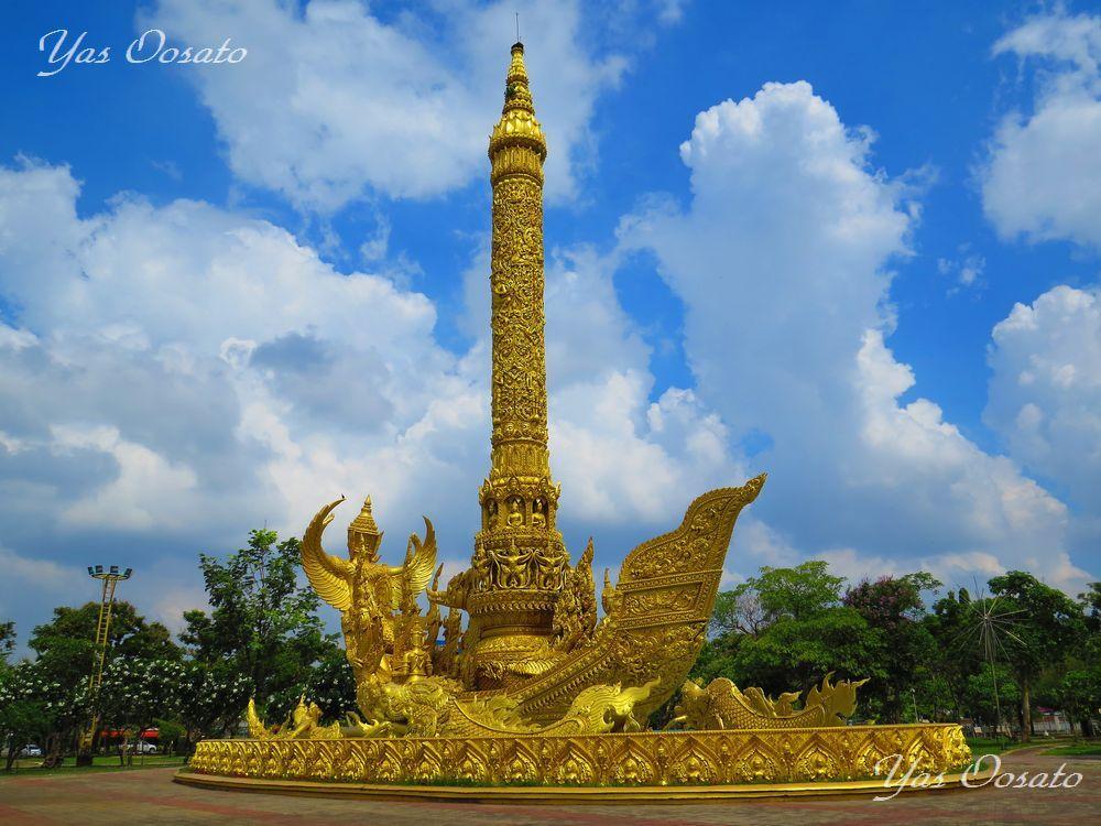 市立公園内の黄金の船「トゥム・シームアン」