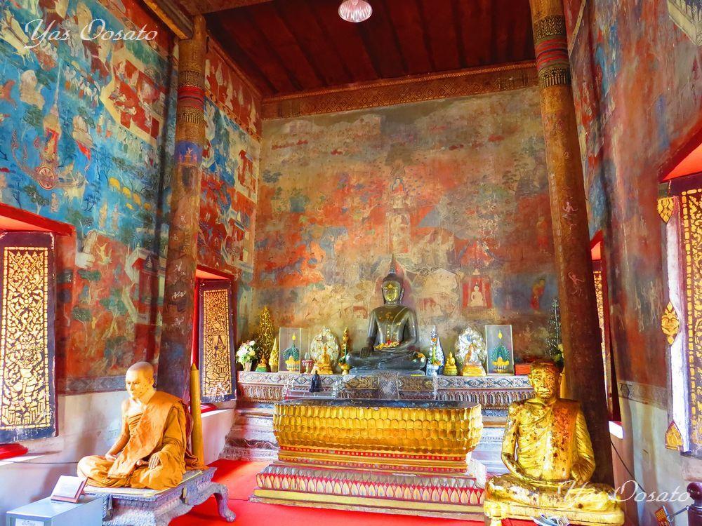 古い壁画が残る白と木造のトゥム・シームアン寺院