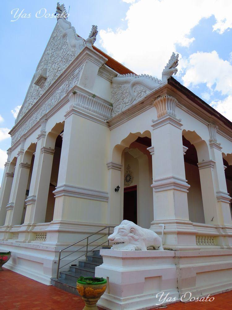 川沿いの真っ白なスパタラン・ワラウィハン寺院