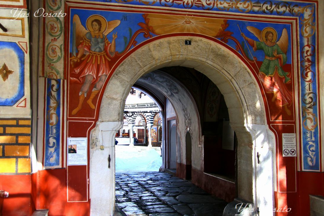 リラ修道院(Rila Monastery)は入口から既に美しい