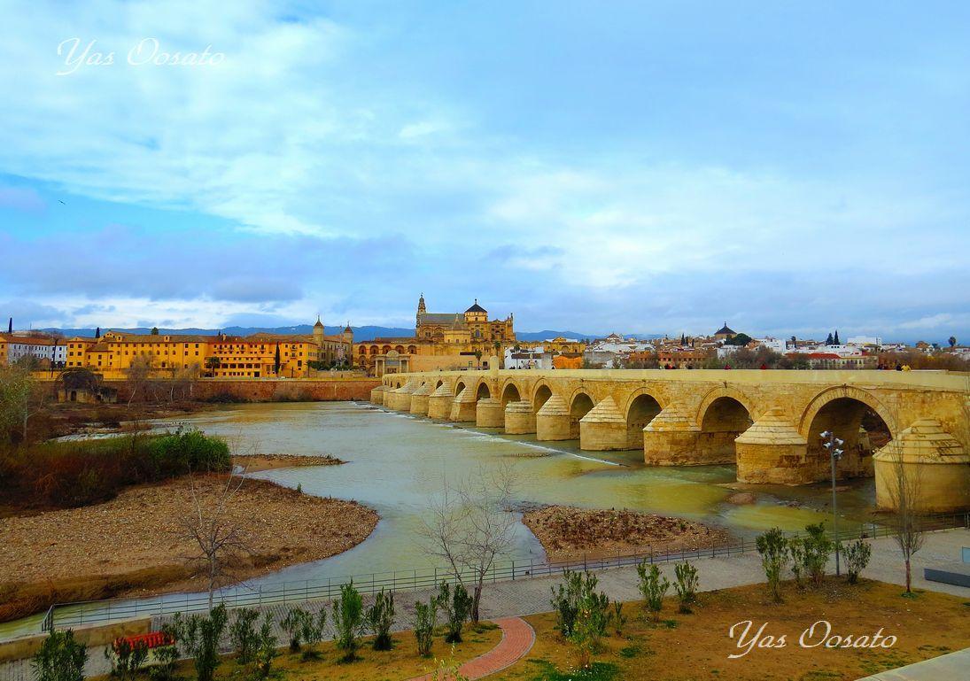 門とローマ橋からのメスキータ
