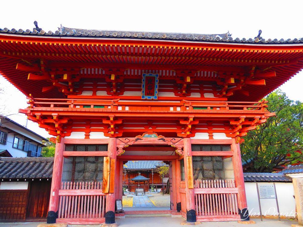 昆陽寺の山門は県指定文化財