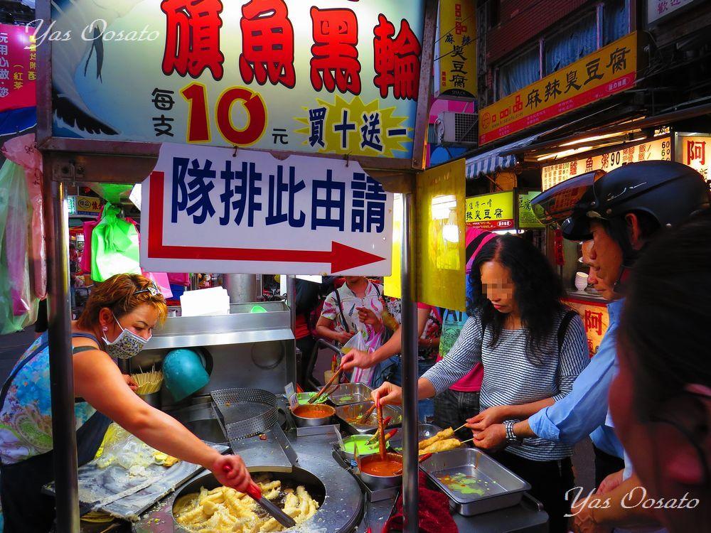 華西街を通り、廣州街夜市に抜けて食べ歩き