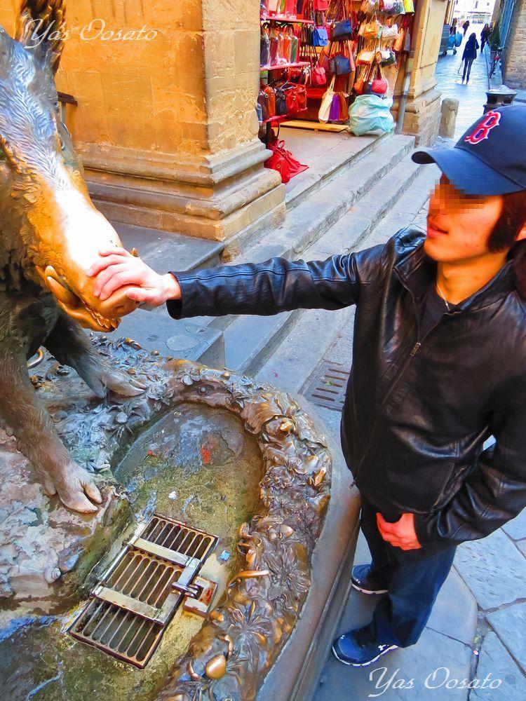 街のシンボル、幸運のイノシシ像