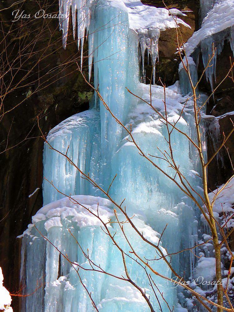 馬門岩付近の氷瀑と神秘の光