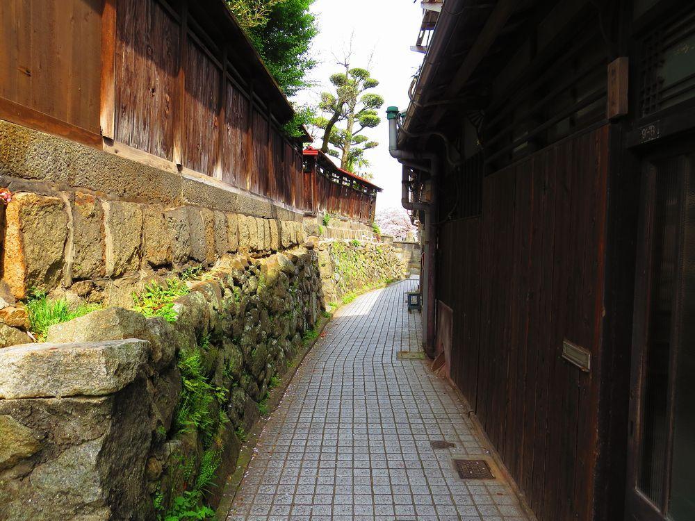 石畳の小道を歩き桜の名所「宝土寺」へ