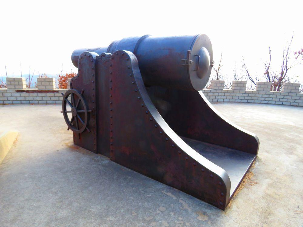 大砲が設置された観測点