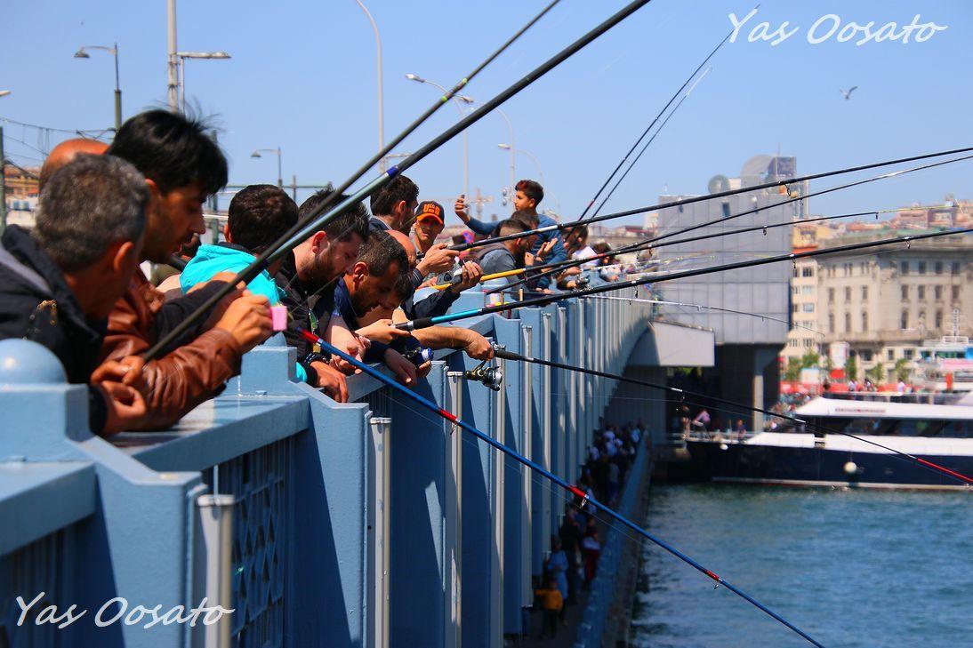ガラタ橋の釣り人は観光名物の一つ
