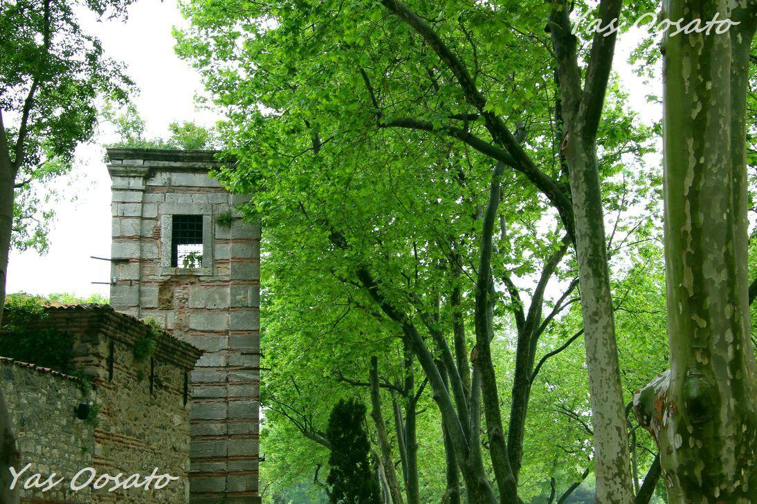緑豊かな第一の庭と「挨拶の門」