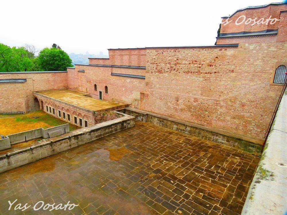 残されている昔のプールや歴史を感じるレンガ造り