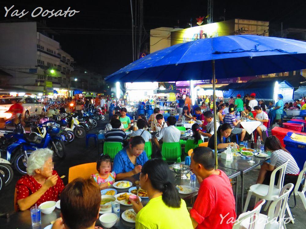 ナイトマーケットの中心地には飲食店が集中