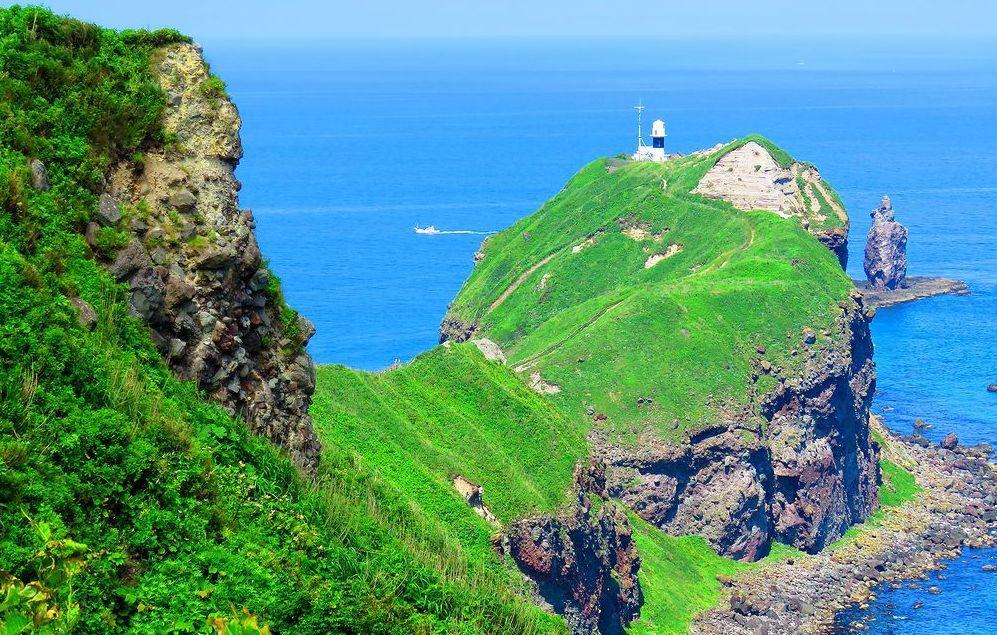 あまりに絶景!北海道「神威岬」壮大な積丹ブルーと緑の世界