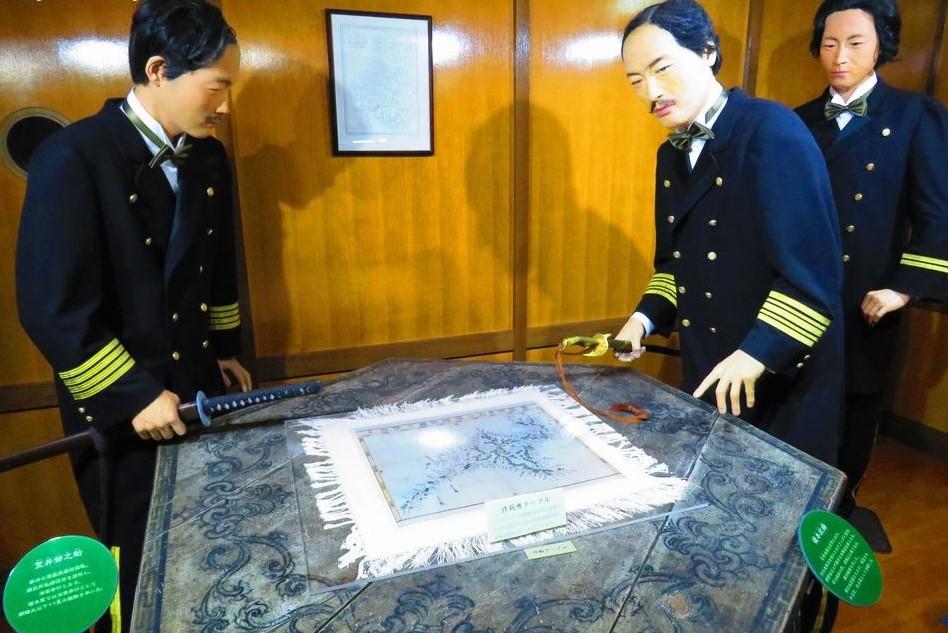 見事な船内で軍議の様子