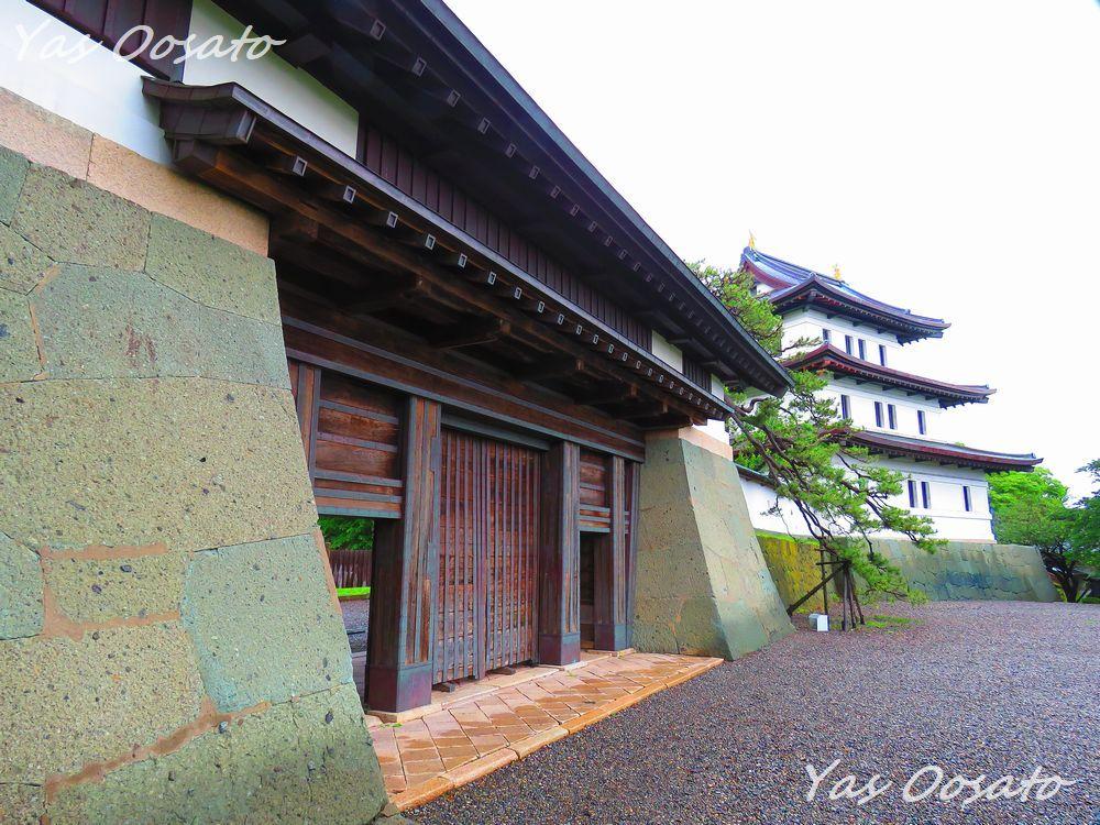 移築された本丸玄関と重要文化財の本丸御門