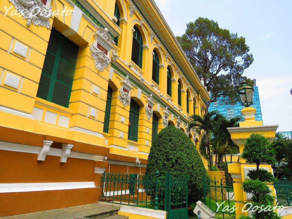 見事な黄色い外観の「サイゴン中央郵便局」