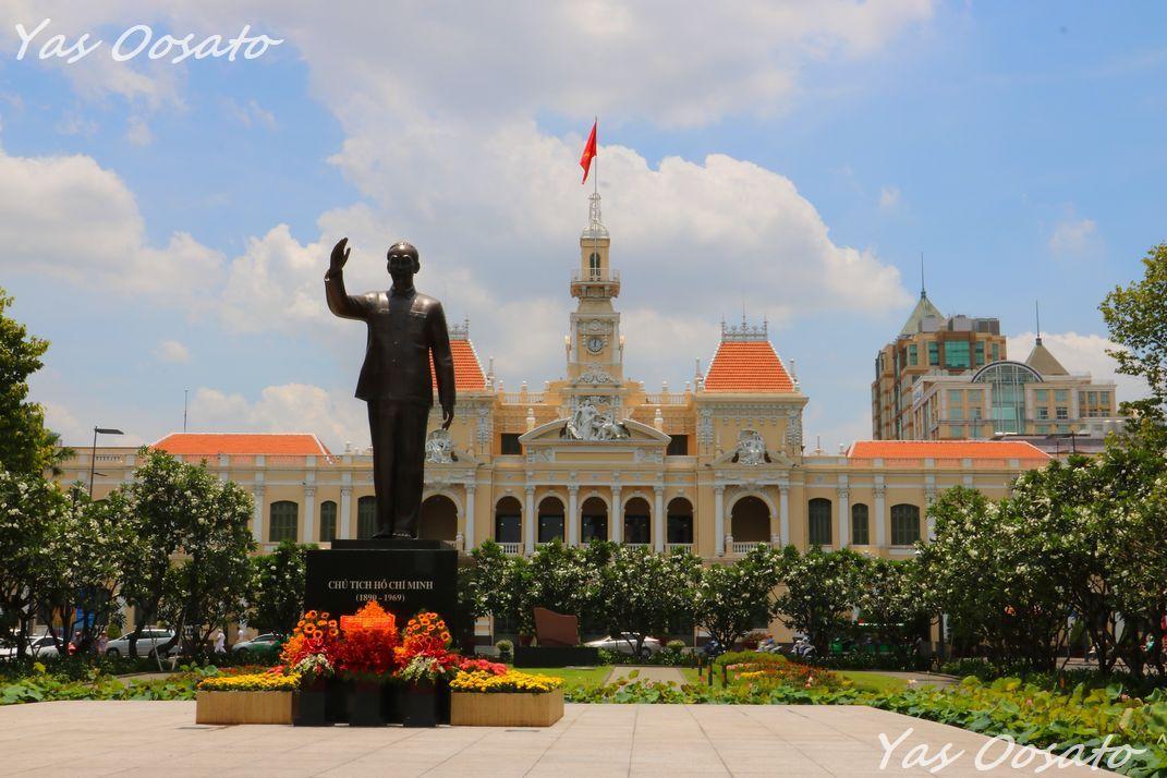 「人民委員会庁舎」と「ホーチミンスクエア」の昼