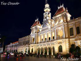 ホーチミンスクエアと人民委員会庁舎観光で美しきライトアップ